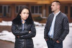 Offense et stress émotionnel de conflit dans des couples des jeunes Image libre de droits