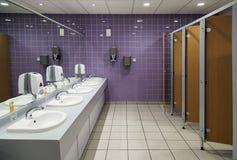 offentlig badrum Arkivfoto