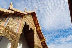 Offentlig buddistisk tempel med klar blå himmel Arkivbilder