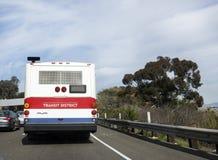 Offentlig buss i trafik Arkivfoton