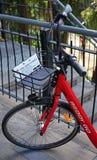 Offentlig cykeldetalj av den främre delen och en korg Sydney ` s Reddy går cykel-att dela tjänste- erbjudandecyklar för hyra Royaltyfri Bild
