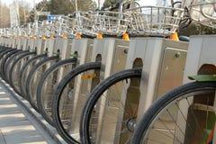 Offentlig cykelparkeringsstation Arkivfoto