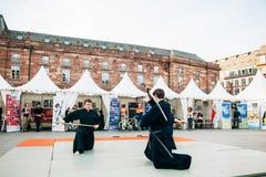 Offentlig demonstration för samurajsvärd av två män Arkivbilder