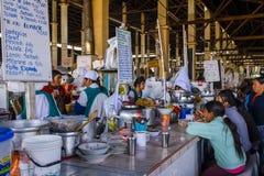 Offentlig eatery i den Cusco marknaden royaltyfria foton
