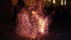 Offentlig fireshow organiserade i Timisoara, Rumänien stock video