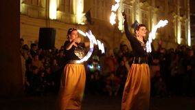 Offentlig fireshow organiserade i Timisoara, Rum?nien arkivfilmer