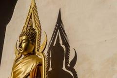 Offentlig guld- buddha staty Fotografering för Bildbyråer
