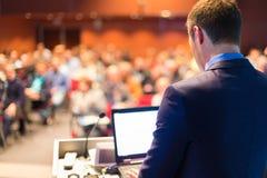 Offentlig högtalare på affärskonferensen Arkivfoton