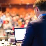 Offentlig högtalare på affärskonferensen Fotografering för Bildbyråer