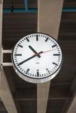 Offentlig klocka en järnväg station royaltyfria foton