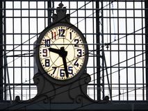 Offentlig klocka i järnvägsstationen, folkbakgrund royaltyfri bild