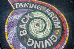 Offentlig konst på trottoaren i Chicago: vid marinpir Arkivbilder
