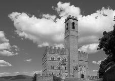 Offentlig monument av Poppi Castle i Tuscany Royaltyfri Foto