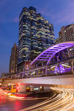 Offentlig skywalk på natten bangkok för i stadens centrum fyrkant i affärszon Royaltyfri Foto