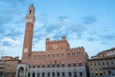 Offentlig slott med Torren del Mangia i Siena, Tuscany Royaltyfria Bilder