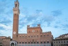 Offentlig slott med Torren del Mangia i Siena, Tuscany Royaltyfri Foto
