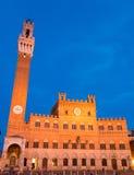 Offentlig slott med Torren del Mangia i Siena Tuscany, Italien Royaltyfria Foton