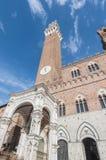 Offentlig slott och Mangia torn i Siena, Italien Royaltyfria Foton