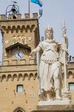 Offentlig slott och staty av frihet marino san Republik av San M Royaltyfri Fotografi