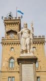 Offentlig slott och staty av frihet marino san Republik av San M Fotografering för Bildbyråer