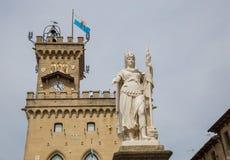 Offentlig slott och staty av frihet marino san Republik av San M Arkivfoton