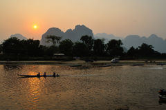 Offentlig solnedgång Mekonget River royaltyfria bilder