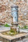 Offentlig springbrunn för traditionellt fritt vatten i Rome, Italien arkivfoton