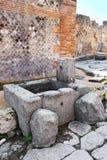 Offentlig springbrunn i gatorna av Pompeii arkivfoton