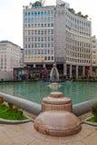 Offentlig springbrunn på Milan och byggnad med den hängande trädgården Royaltyfri Foto