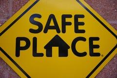 Offentlig ståndsmässig Signage som säger det säkra stället fotografering för bildbyråer