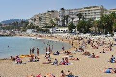 Offentlig strand i promenaden de la Croisette i Cannes, Frankrike Royaltyfri Bild