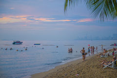 13 11 2014 - Offentlig strand och semesterortstaden av Pattaya, Thaila Royaltyfri Bild