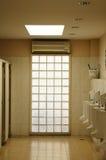 Offentlig toalett för män. Fotografering för Bildbyråer