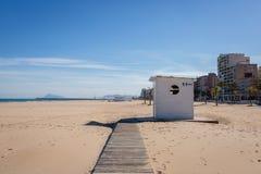 Offentlig toalett i den Gandia stranden Spanien fotografering för bildbyråer