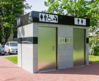 Offentlig toalett på gatan Arkivbild