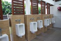Offentlig toalettinre med pissoar Arkivfoton
