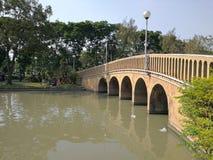 offentlig trädgård för bro Arkivbild