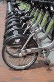 Offentliga cyklar på MIT-universitetsområdet Arkivfoto