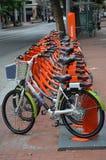 Offentliga Hyra-EN-cyklar i Portland, Oregon arkivbilder