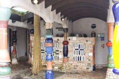 offentliga toaletter för hundertwasserkanakwa arkivfoton
