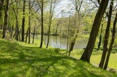 Offentliga trädgårdar i Chotebor med dammet under vårsäsongen, romantisk plats, vattenreflexioner arkivbild