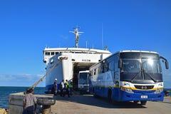 Offentligt bussFiji Searoad tjänste- kommande ut från en stor färja på Natovi som landar närliggande Suva, Fiji Arkivbilder