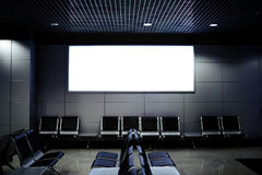Offentligt kommersiellt bräde, i att vänta av flygplatskorridoren med tomma stolar Royaltyfri Fotografi