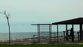 Offentligt område för sportutbildningsaktivitet nära sjösidan lager videofilmer