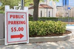 Offentligt parkera tecken för $5 00 i stadsparkeringsplats royaltyfri foto