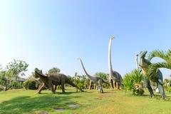 Offentligt parkerar av statyer och dinosaurie Arkivbild