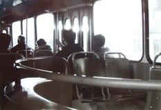 offentligt trans Folk i en stadsbuss Parallellt konstfotografi Royaltyfri Foto