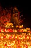 Offer av den östliga Golgotha monumentet med att flamma helgons för stearinljus alls dag Monument på den Gdansk Lostowice kyrkogå royaltyfri fotografi