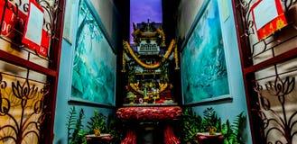 Offer- erbjuda för gud på den kinesiska relikskrin arkivfoton