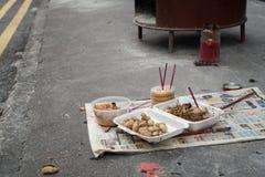 Offer- erbjuda på gatan på den kinesiska festivalen 03 för ande för spökefestival arkivbild